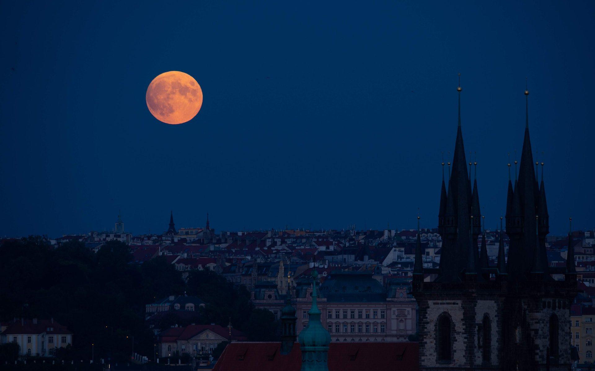 Nočná Praha a krvavý mesiac